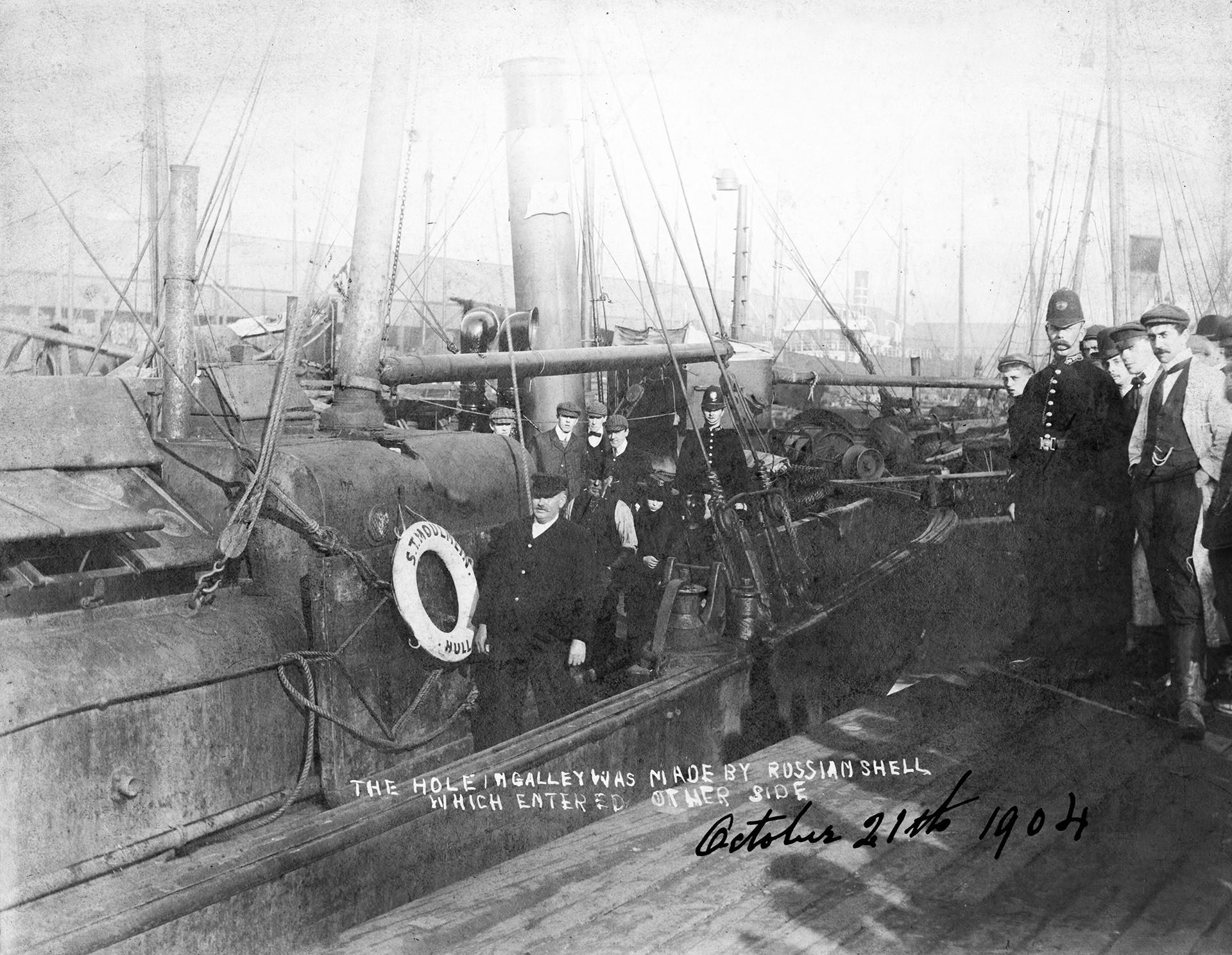 1904年10月21日。旅順口に滞在していた第一パシフィック小艦隊を補強するために極東に向かっていたロシアのバルト艦隊に攻撃されて、蒸気トロール船「聖モールメイン」に発生した穴。