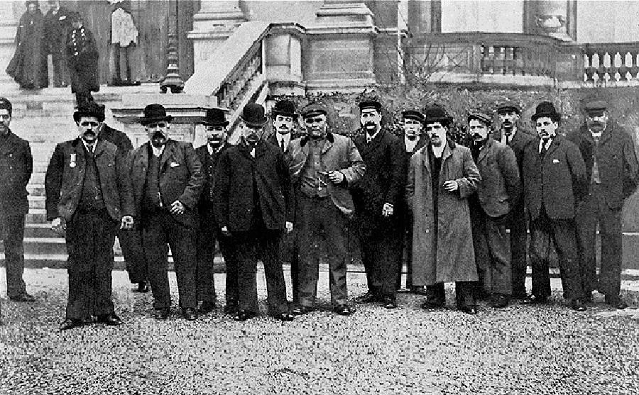 国際委員会への証言をする前の英国の漁師ら。パリ。