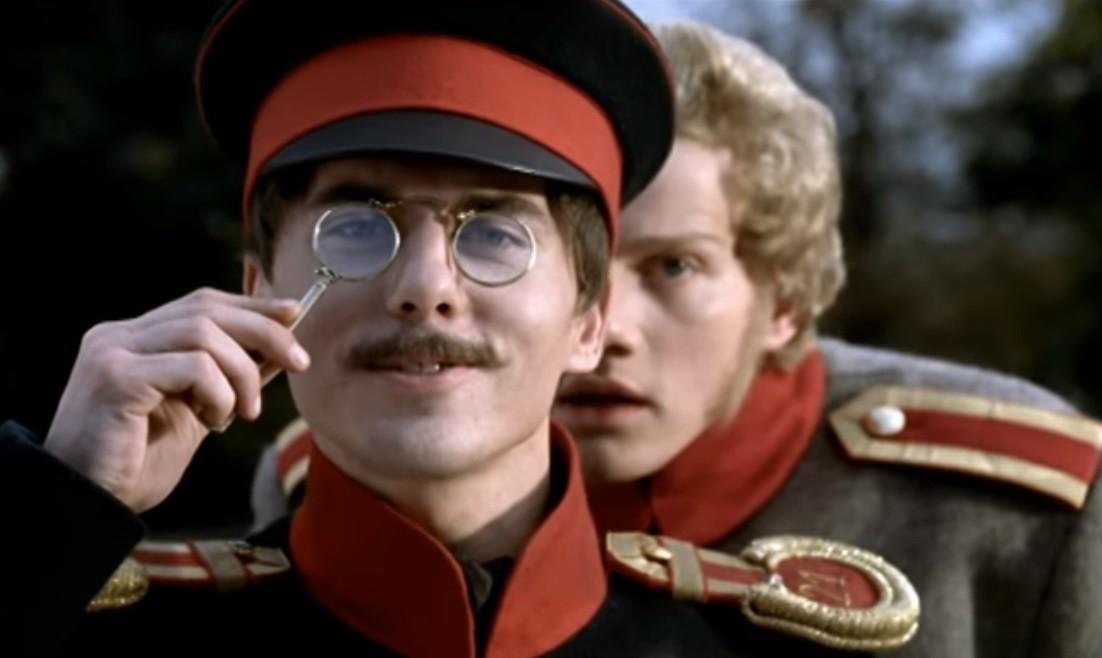 Grushnitsky berdiri di belakang Pechorin. Cuplikan dari seri 2006 'A Hero of Our Time'
