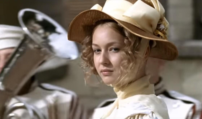 Putri Mary melihat Pechorin pertama kalinya. Cuplikan dari seri 2006 'A Hero of Our Time'