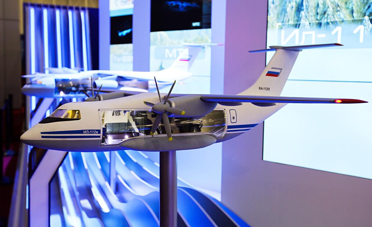 統一航空機製造会社のコーナーで展示された新型軍用輸送機「Il-112V」の模型。クビンカの軍事公園「パトリオット」の会議・展示センターで行なわれた軍事展覧会「アルミヤ2018」にて。
