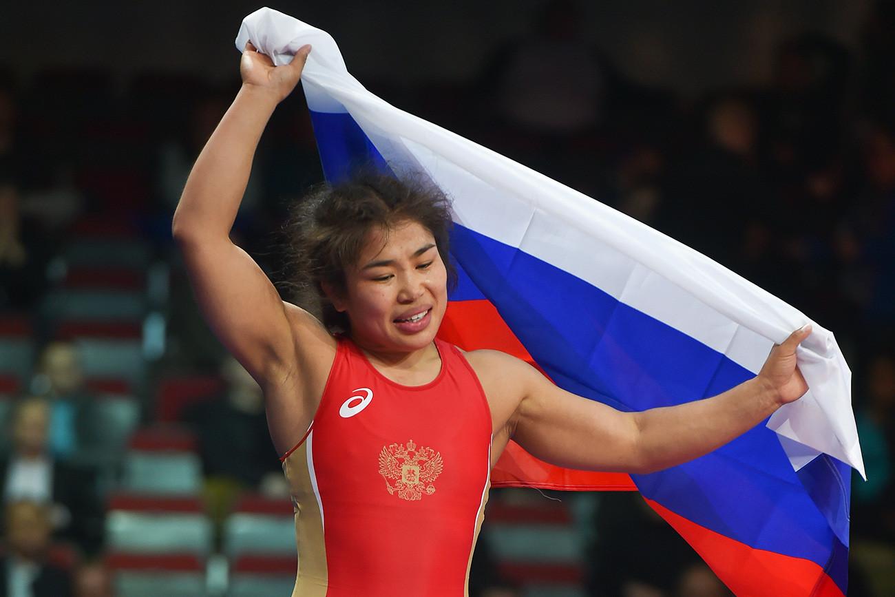 Irina Ologonova merayakan kemenangan setelah pertandingan terakhir di Kejuaraan Eropa Gulat di Riga, Latvia pada 2016.
