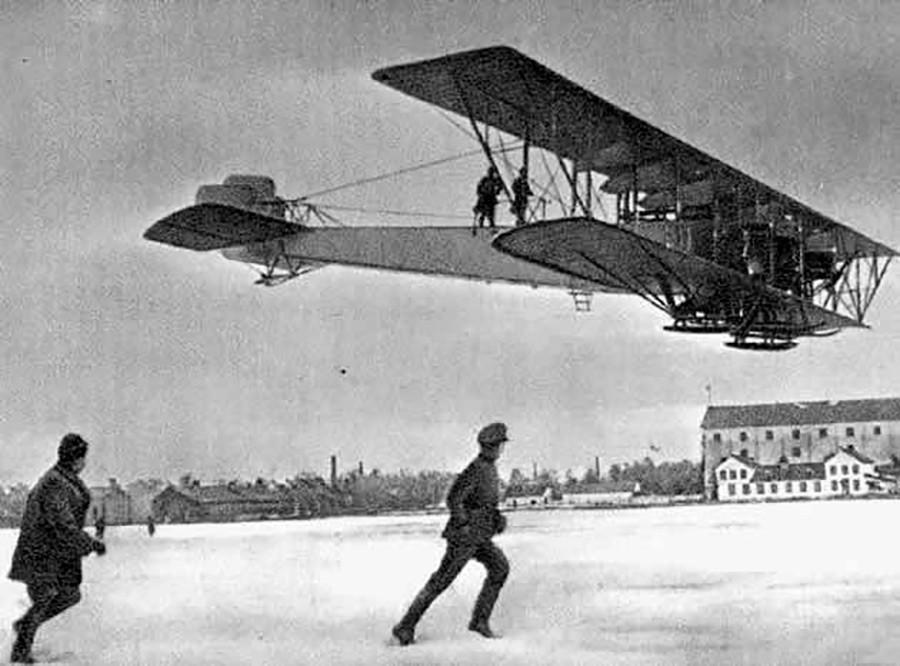 イーゴリ・シコルスキーによって開発され、第一次世界大戦で使われた航空機「イリヤー・ムーロメツ」。