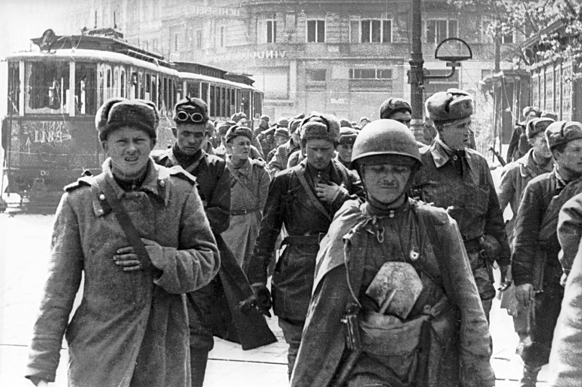 Sowjetische Soldaten marschieren durch die Straßen des befreiten Wiens.