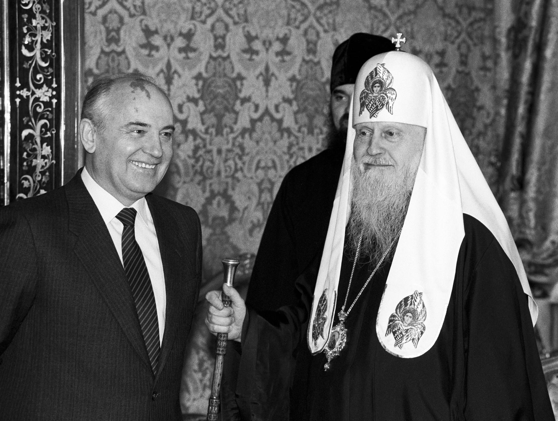 Генерални секретар ЦК КПСС Михаил Горбачов и Патријарх Московски и целе Русије Пимен за време сусрета поводом 1000-годишњице од примања хришћанства у Русији.