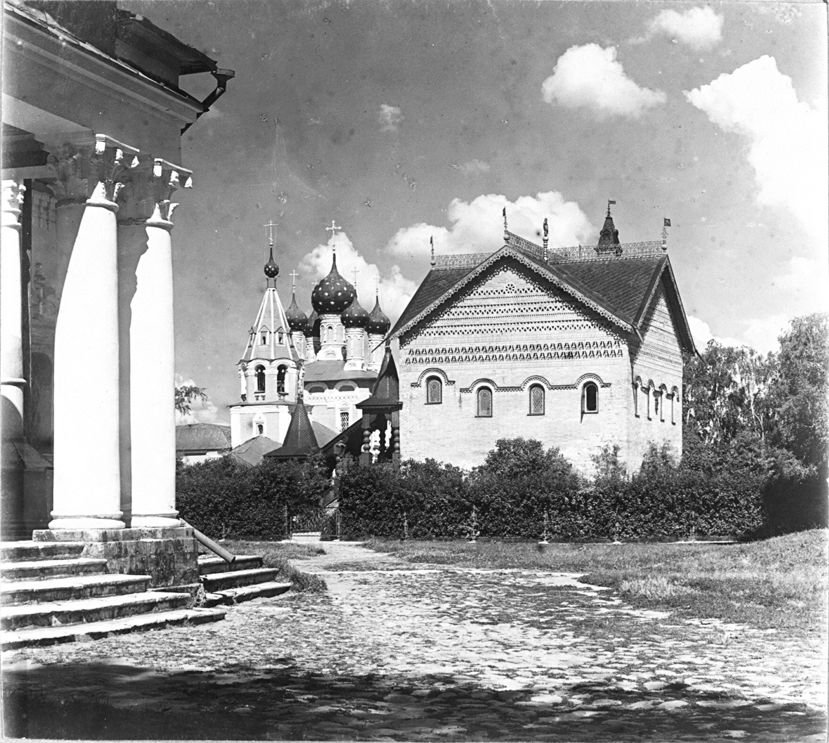 Palace (Chambers) of Uglich Princes, west view. Left: Church of Tsarevich Dmitry. Late summer 1910.