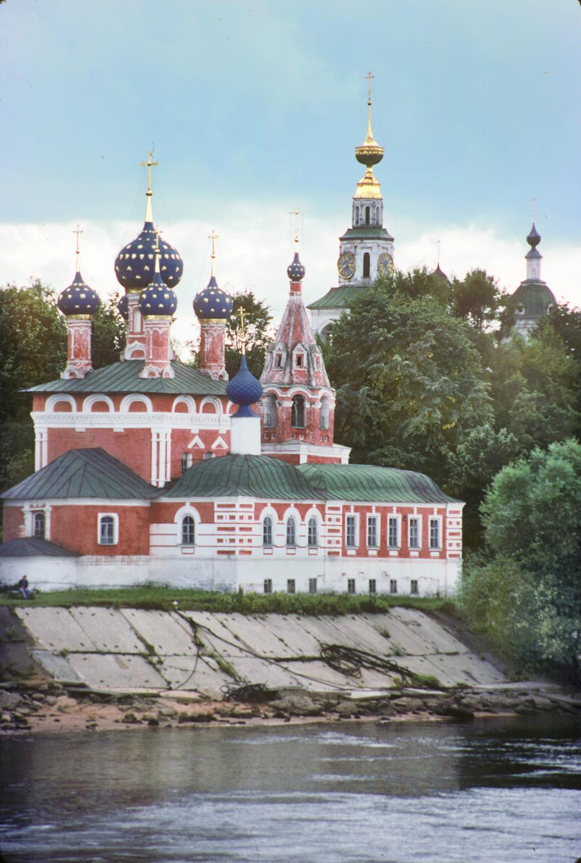 """Chiesa dello Zarevic Dmitrij """"sul Sangue"""". Vista nord-est dal fiume Volga. Primo piano: Cappella dei lavoratori del miracolo di Jaroslavl (1860-61). Sfondo: campanile della cattedrale. 9 agosto 1991"""
