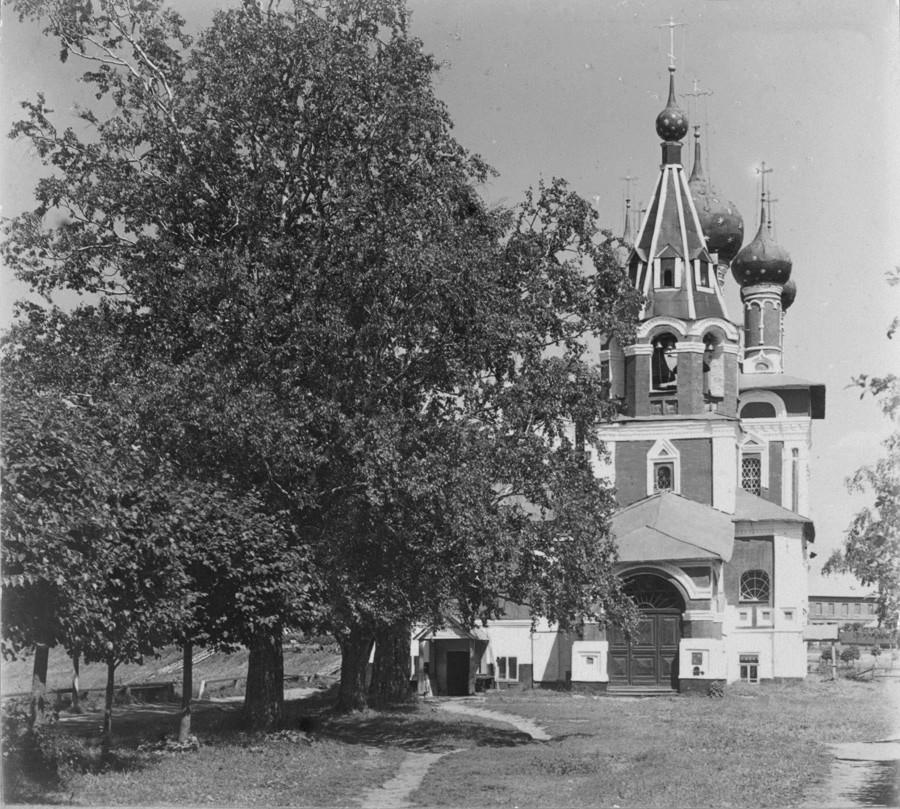 Chiesa dello Zarevic Dmitrij. Vista ovest con campanile sopra l'ingresso principale. Fine estate 1910