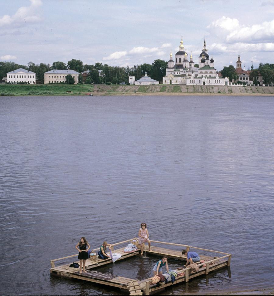 Velikij Ustjug. Lavaggio dei panni nel fiume Sukhona. Sfondo: ensemble della cattedrale della Dormizione. 23 luglio 1998