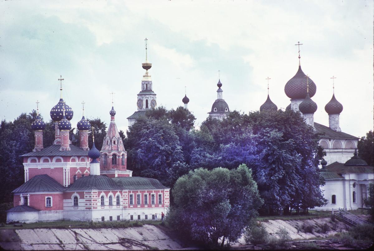 Insieme del Cremlino di Uglich, vista nord-est del fiume Volga. Da sinistra: Chiesa dello Zarevic Dmitrij; Campanile della cattedrale; Chiesa dell'icona di Kazan, Cattedrale della Trasfigurazione. 9 agosto 1991