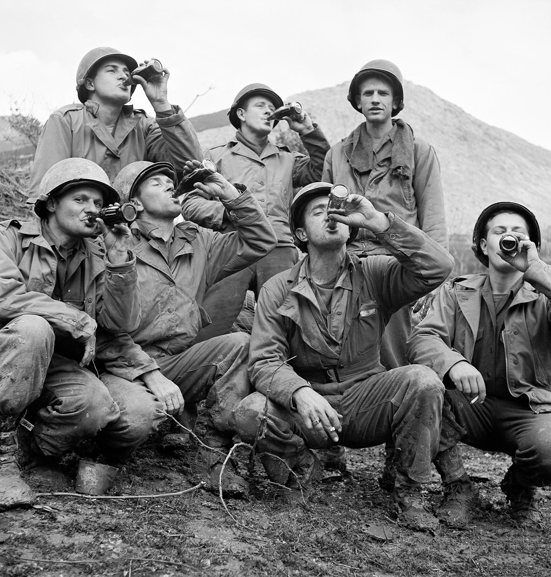Soldados americanos bebendo Coca-Cola