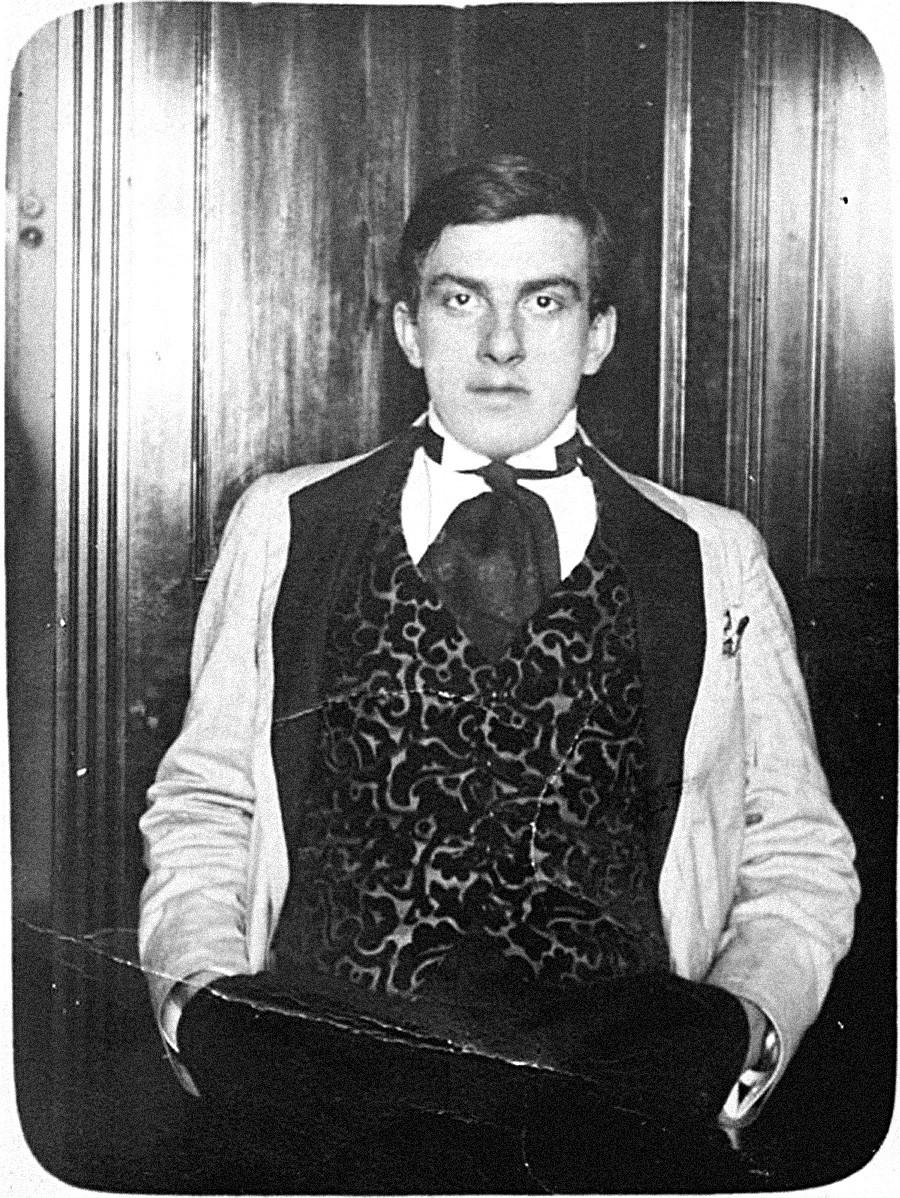 ベルベットのウェストコートを着ているウラジーミル・マヤコフスキー。