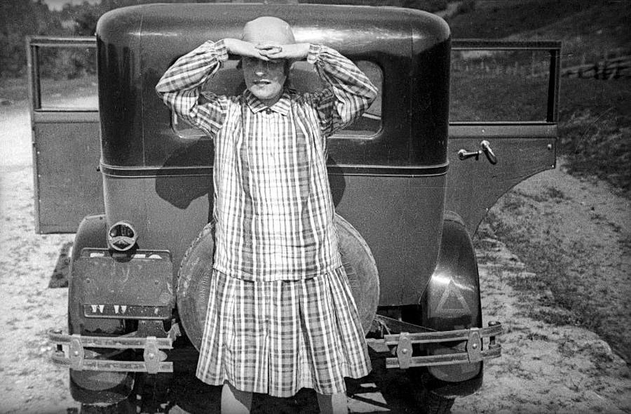 リーリャ・ブリーク。1929年。「マヤコフスキーの自動車ルノーでのレニングラードへの旅」写真集より。