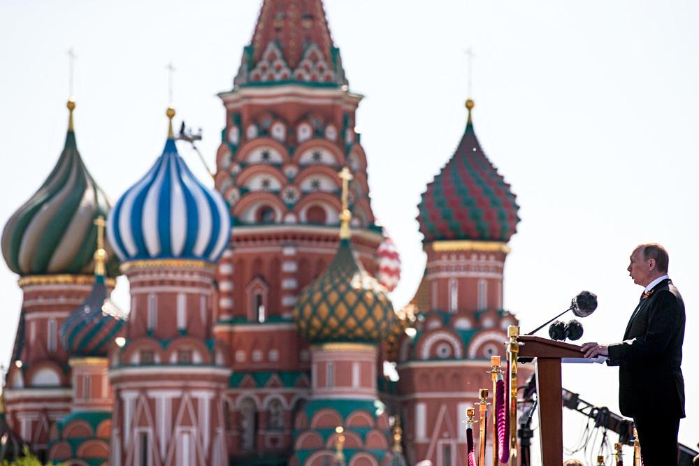 Владимир Путин за говорницом. Црвени трг, Москва.