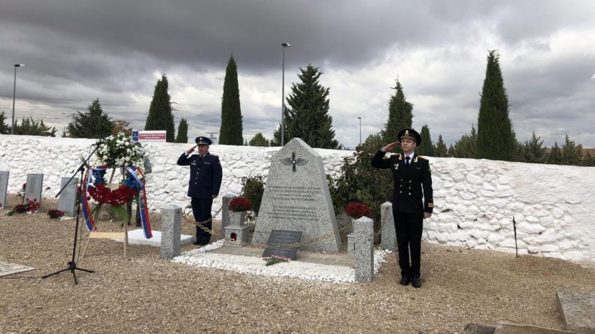 Mujer rusa encuentra la tumba de su abuelo, piloto soviético, en un cementerio de Toledo