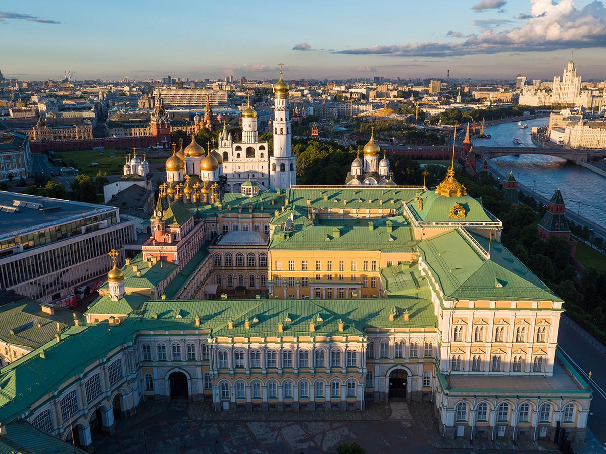 Звоник Ивана Великог, Благовештенска саборна црква и Велики кремаљски дворац  у Московском кремљу.