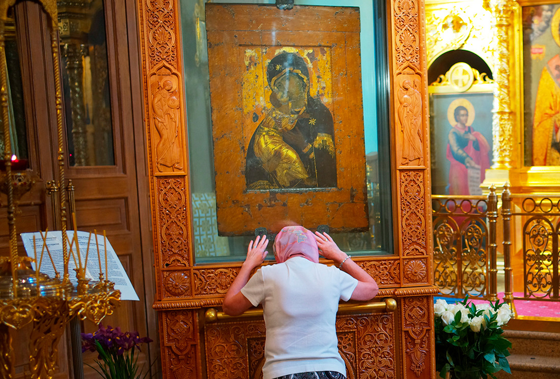 Believers at the Vladimir Icon of the Mother of God in the Church of St. Nicholas in Tolmachi.