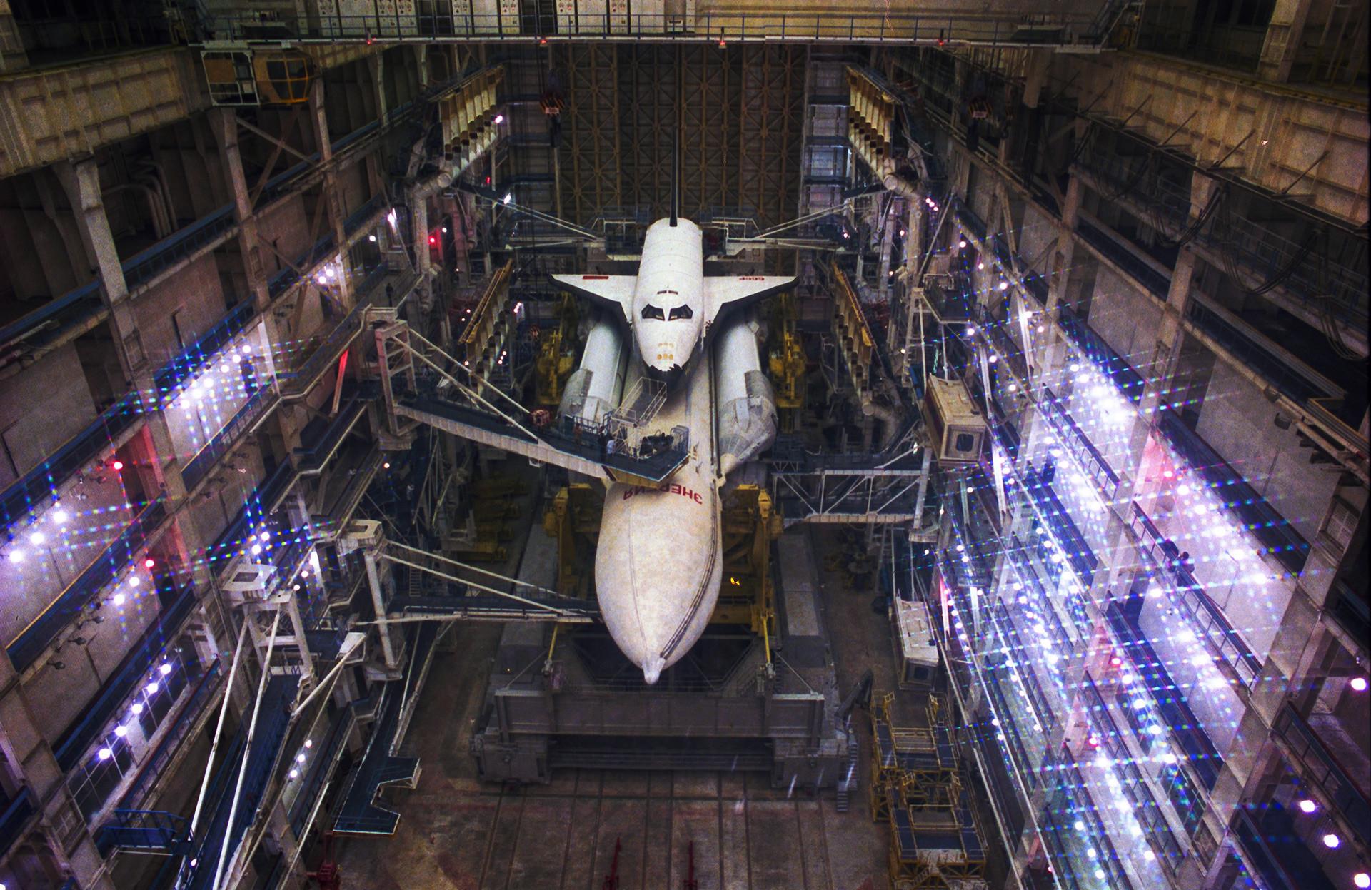 """Универзални ракетно-космички транспортни систем """"Енергија"""" са орбиталним бродом за вишеструко коришћење """"Буран"""" у монтажној хали."""