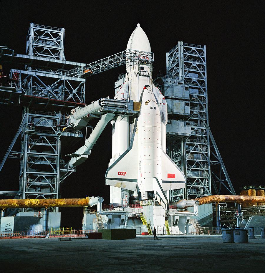 "Бајконур. Универзални ракетно-космички транспортни систем ""Енергија"" са орбиталним бродом ""Буран"" на лансирној станици космодрома."