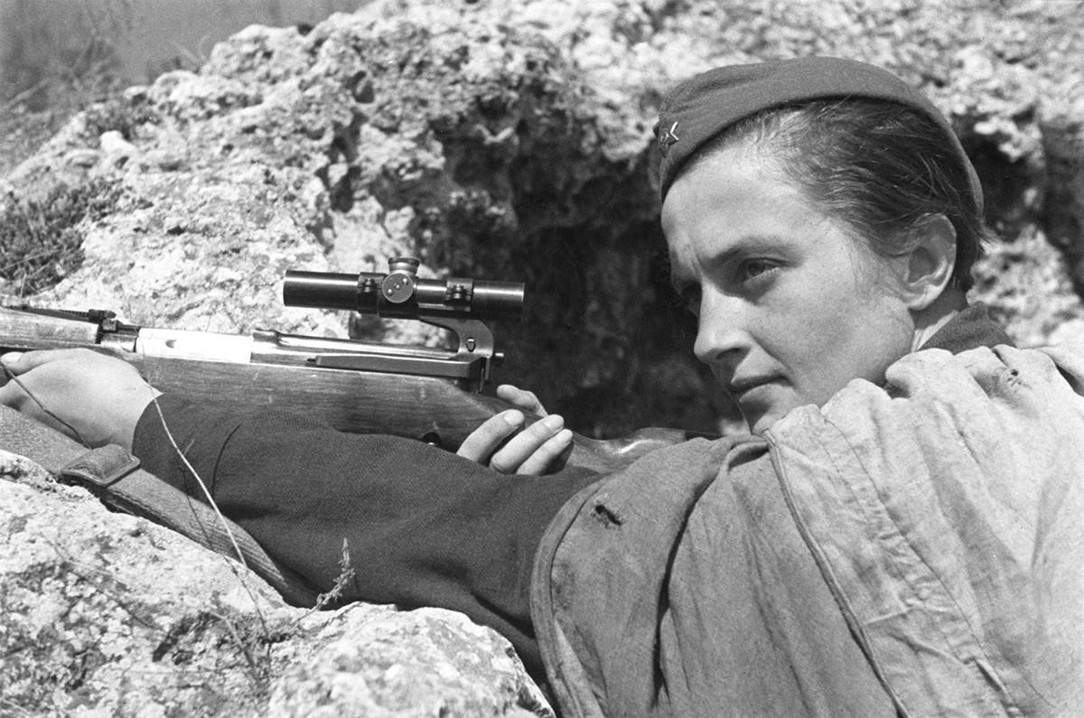 Севастопољ. 1942. година. Снајпериста Људмила Павличенко, Херој Совјетског Савеза, убила је преко 300 немачких војника.