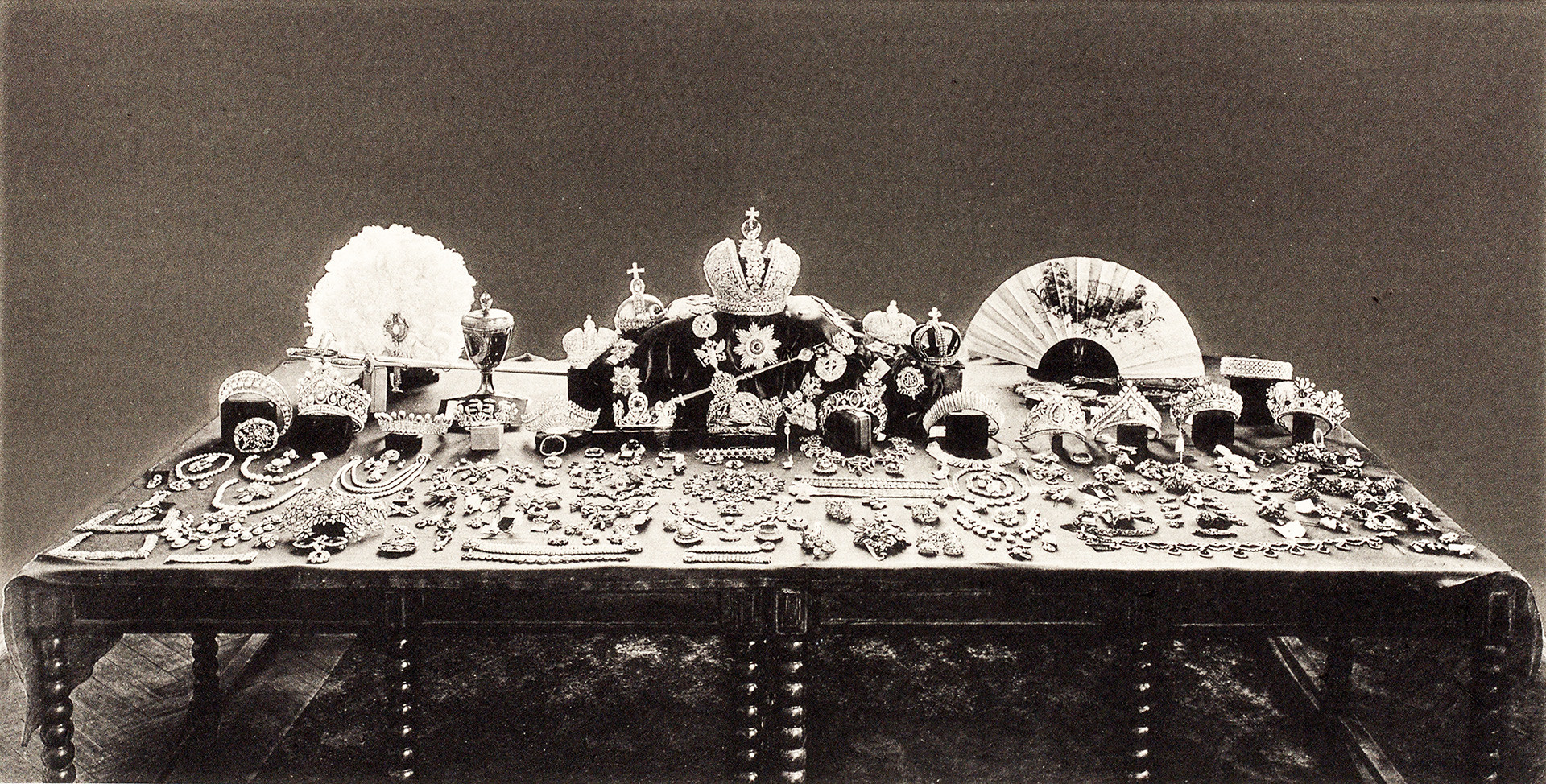 The famous photo taken by the Soviet commission in 1922 shows the large part of the Romanov crown jewelry collection.