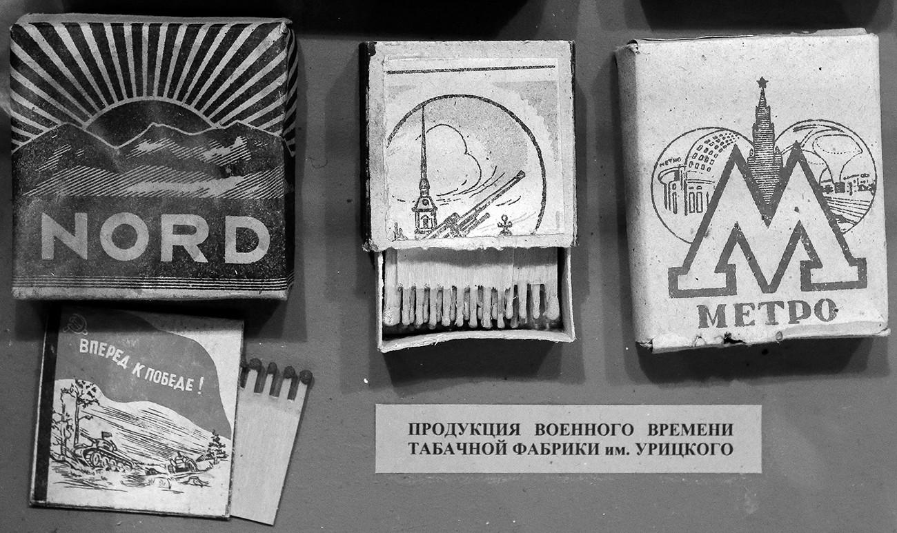 Resultado de imagem para Mostra de fábrica local de cigarro no Museu Estatal da Defesa e Cerco a Leningrado, em São Petersburgo