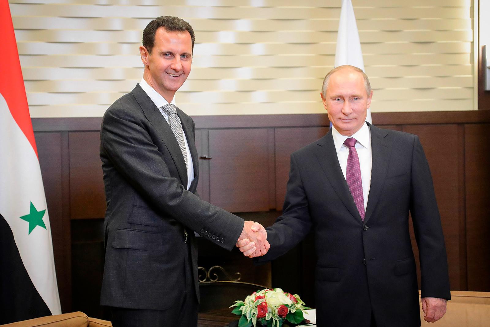 Presidentes da Rússia, Vladimir Putin, e da Síria, Bashar Al-Assad (à esq)
