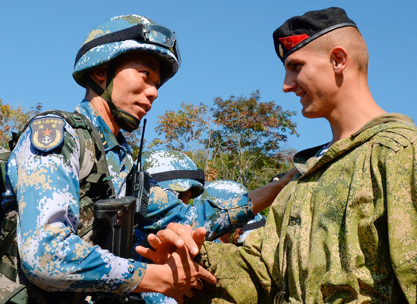 Marinheiros russos e chineses durante exercícios militares conjuntos em 2017