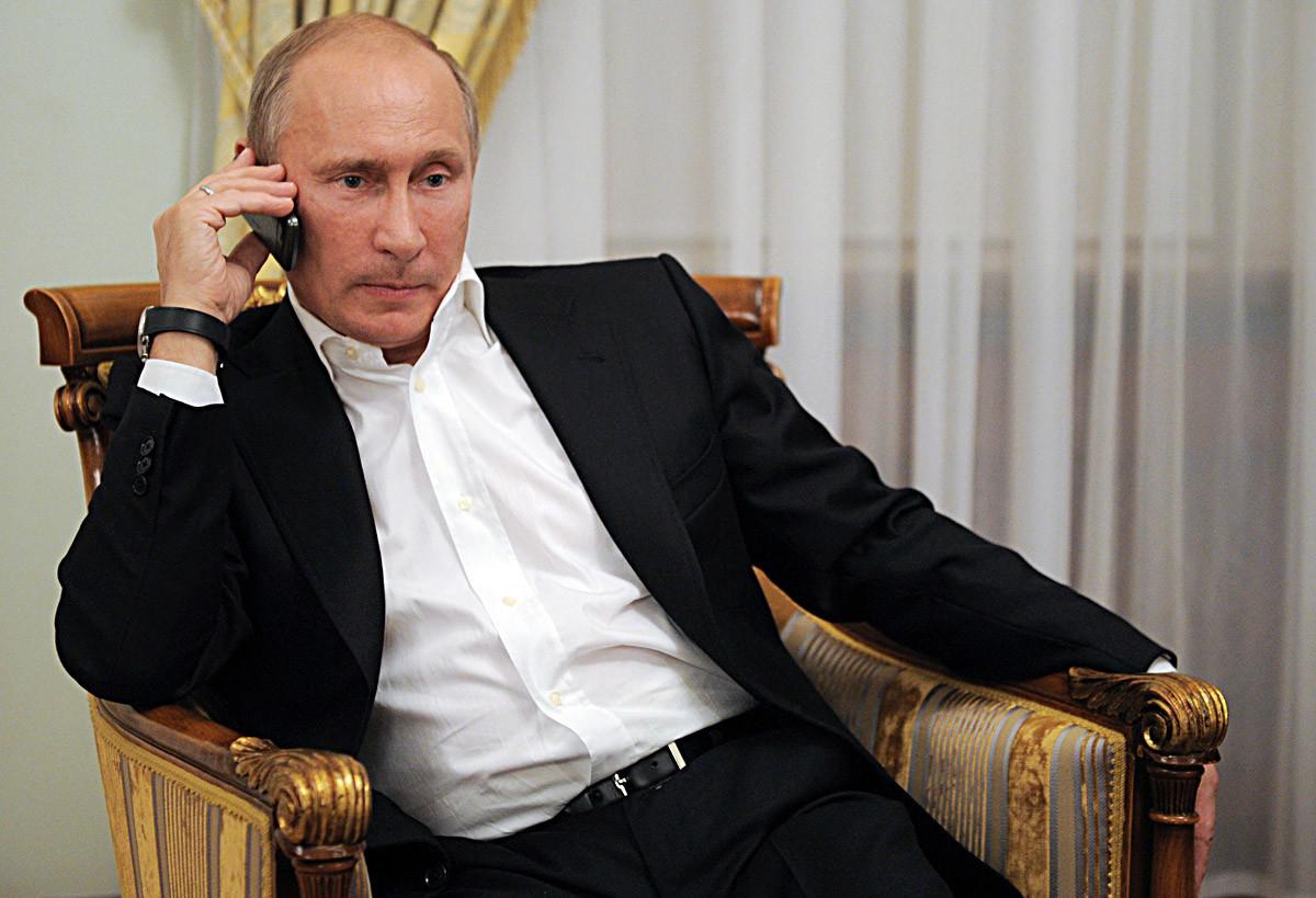 1 септември 2012 година. Рускиот претседател Владимир Путин гледа пренос од натпревар во џудо на Параолимписките игри во Лондон, и преку телефон ѝ честита на руската џудистка Татјана Савостјанова за освоениот сребрен медал.