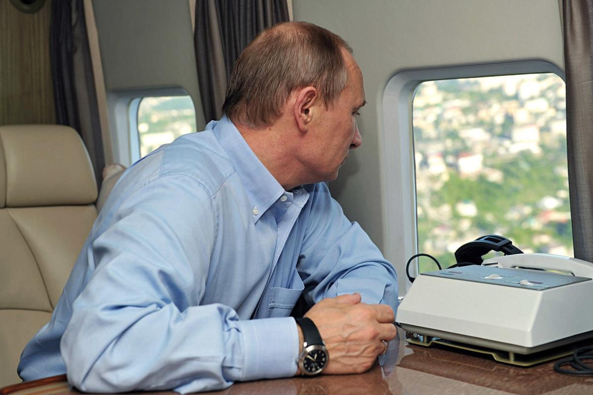 10 мај 2013 година. Рускиот претседател Владимир Путин од хеликоптер ги проверува главните олимписки објекти во долината Имерети во Сочи.