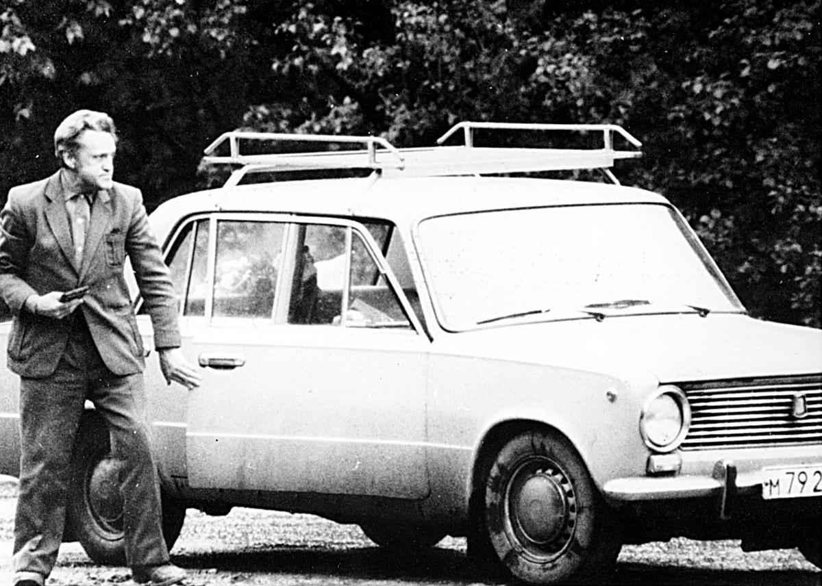 Adolf Tolkatchóv deixando o carro em um bloqueio na estrada, em 9 de junho de 1985.