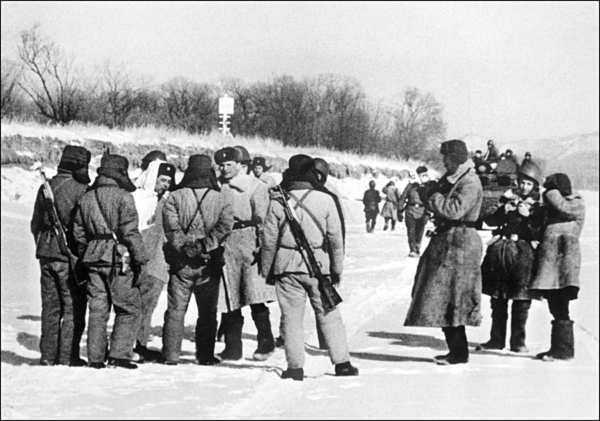 Soldados chinos (de espaldas a la cámara) se enfrentan a soldados soviéticos en la isla Damanski, el 7 de febrero de 1969.
