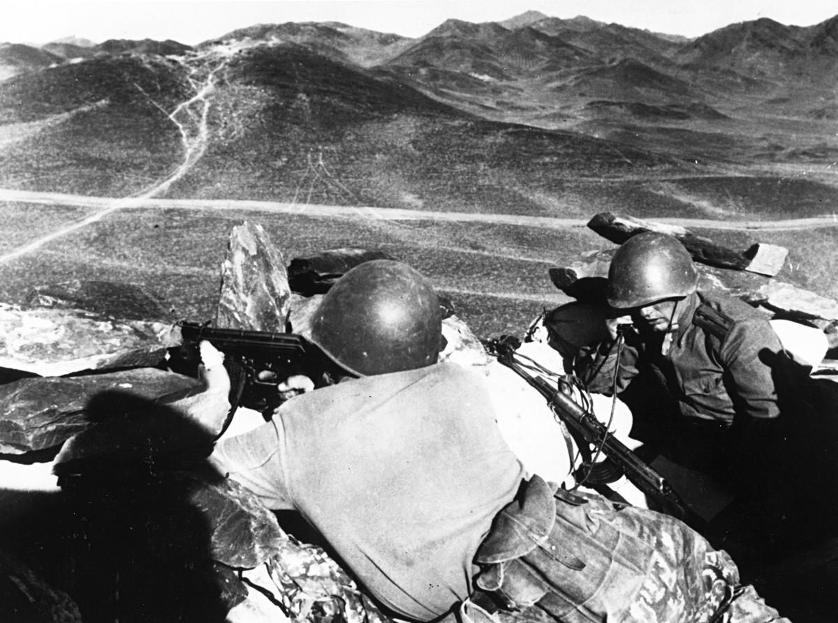 Soldados soviéticos preparados para entrar en acción cerca de la montaña Kámennaia, en la frontera entre la URSS y China, 1969.