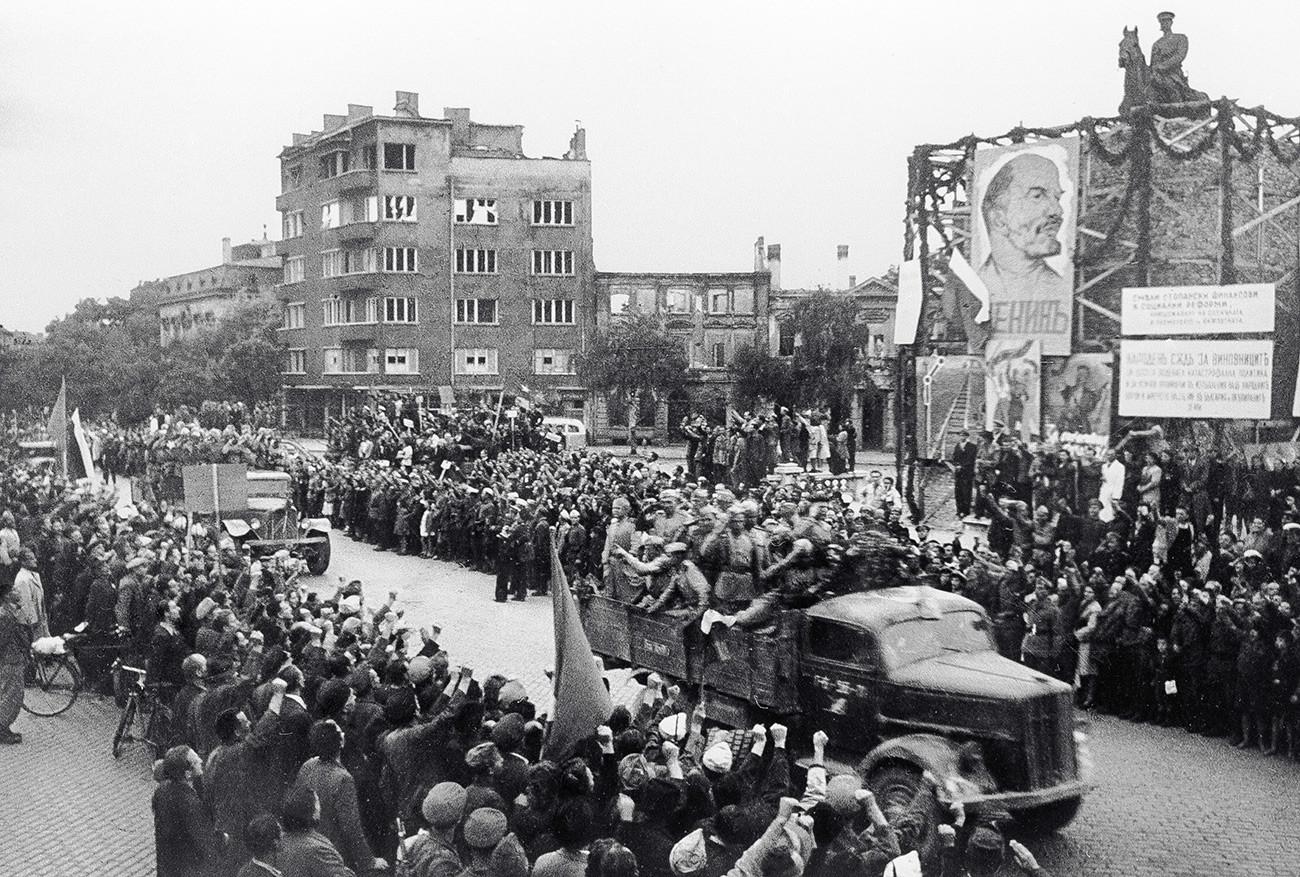 Житељи Софије поздрављају совјетске ослободиоце. Велики  отаџбински рат 1941-1945.г.