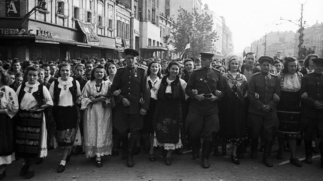 Становници ослобођеног Београда са совјетским војницима.