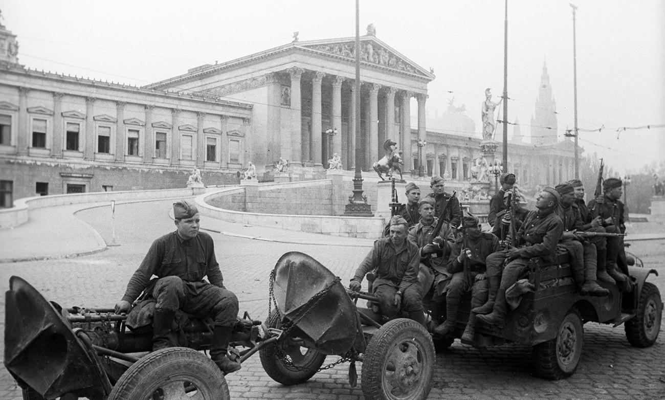 Совјетски војници испред зграде Парламента у Бечу, април 1945.