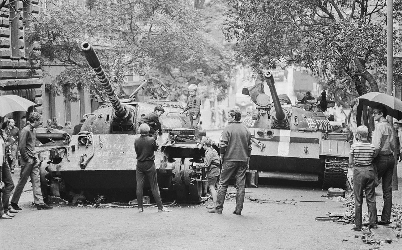 """Завршетак """"Прашког пролећа"""". Чешка деца се играју на совјетском тенку оштећеном у борби. Април 1968. г."""