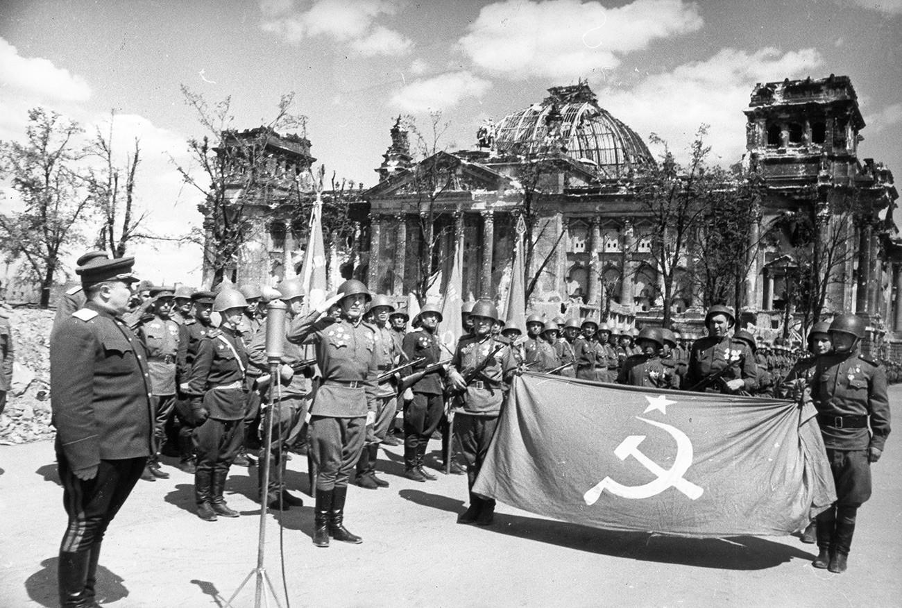 Crvena armija slavi pobjedu ispred srušenog zdanja Reichstaga, Berlin, Njemačka, svibanj 1945.