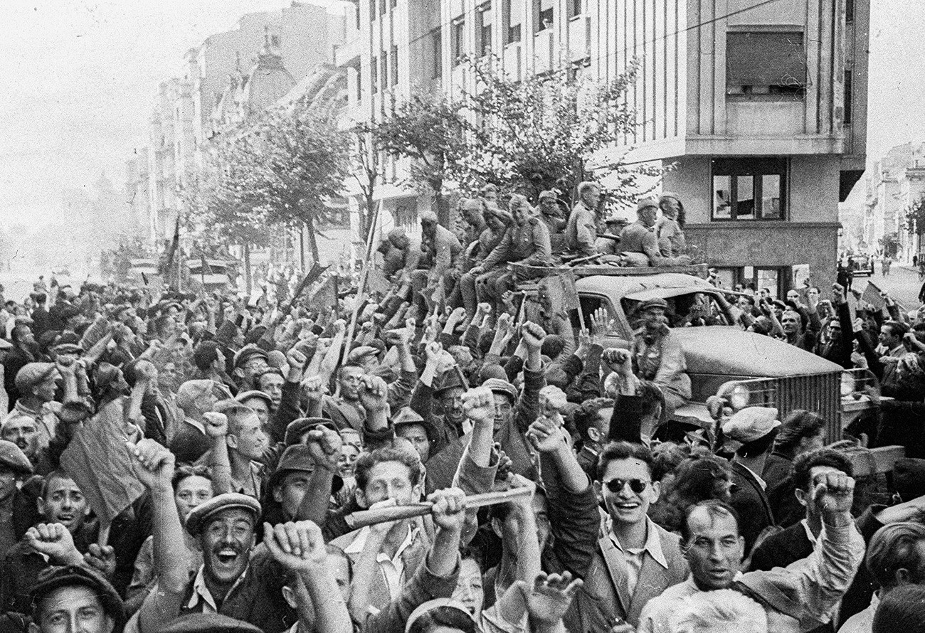 Stanovnici Bukurešta dočekuju sovjetske vojnike.