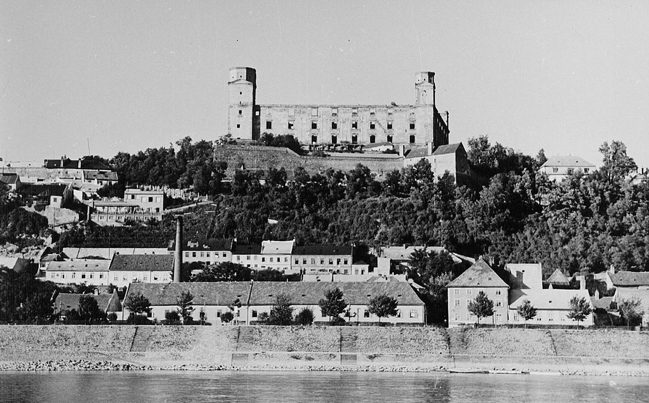 Ruševine utvrde u Bratislavi, 1945.