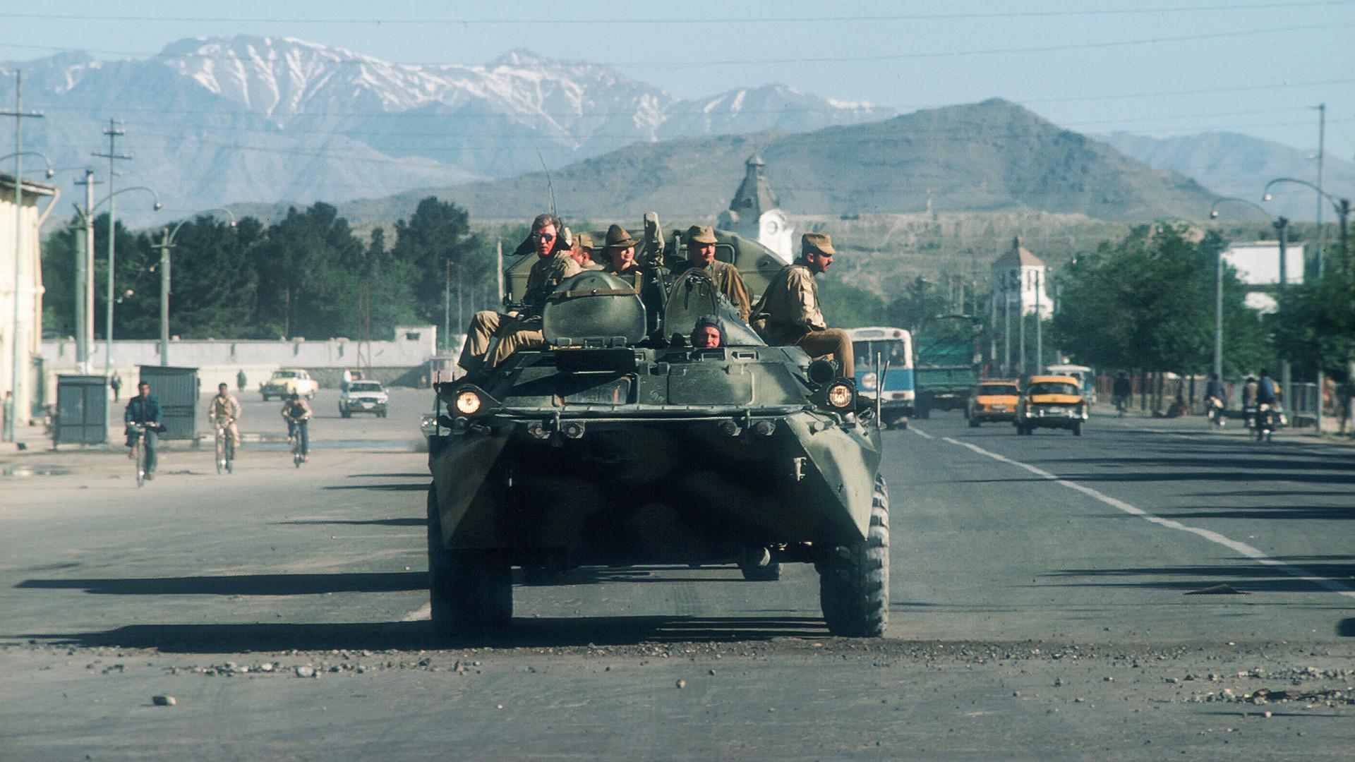 Sovjetski tenk partolira ulicom u Kabulu, Afganistan.
