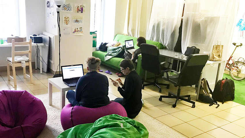 """Vista interna do espaço de coworking russo """"Simone"""", feito só para mulheres."""