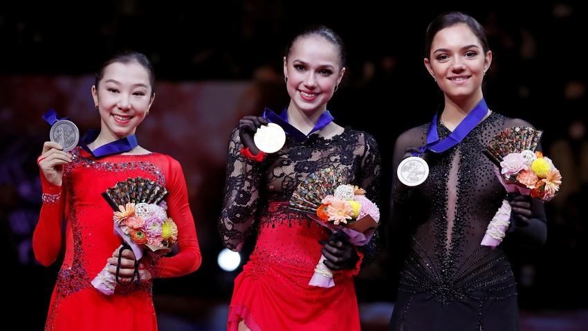 Tursynbaeva, Zagitova e Medvedeva celebram em pódio do Mundial no Japão