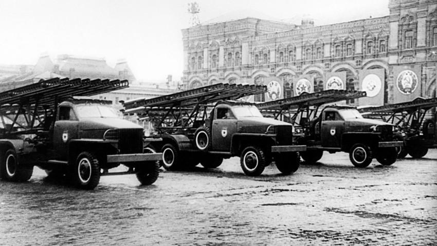 Perayaan Hari Kemenangan. Beberapa peluncur roket BM-13 Katyusha berparade di Lapangan Merah, 24 Juni 1945.