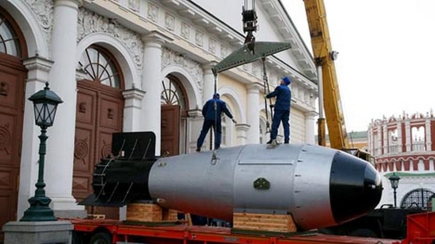 """Модел термонуклеарне бомбе АН602, предан Савезном нуклеарном центру Саров (РФНЦ-ВНИИФ), на изложби """"70 година нуклеарне индустрије. Ланчана реакција успеха"""" у Манежу у Москви."""