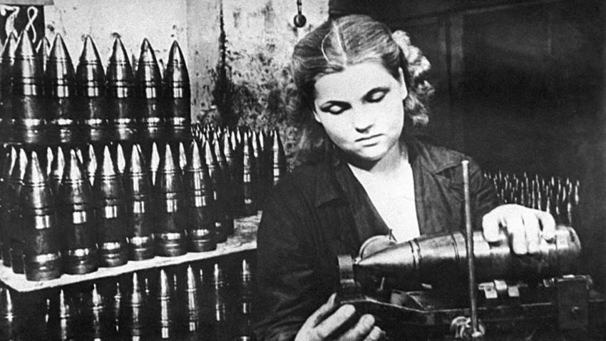 Eine Arbeiterin im Lichatschew-Werk in Moskau, 1941.