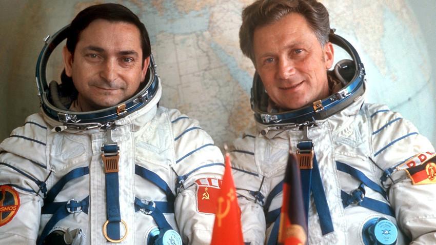 Valerij Bikovski (levo) in Sigmund Jähn (desno) leta 1978 na kozmodromu Bajkonur
