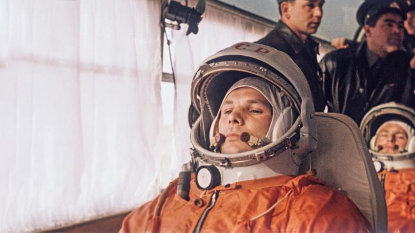 Yuri Gagarin, menusia pertama di luar angkasa, mempersiapkan penerbangannya.