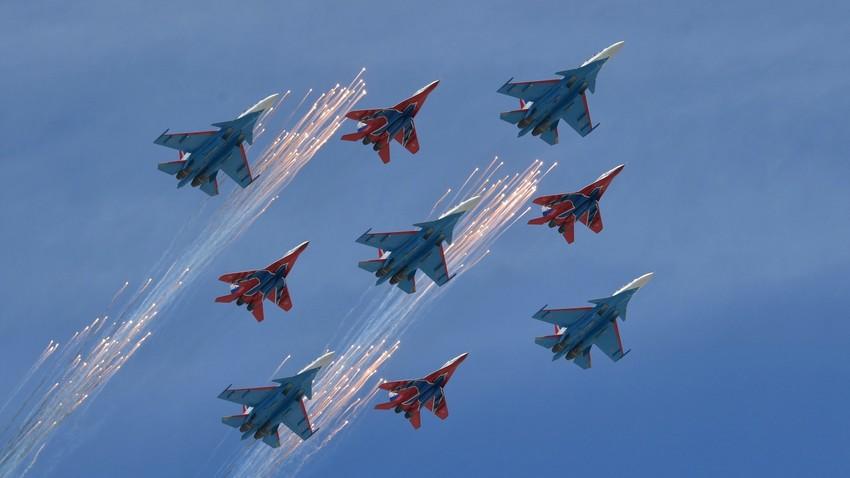 """Акробатске пилотске групе ваздухопловних снага РФ """"Руски витезови"""" на ловцима Су-30СМ и  """"Стрижи"""" на ловцима МиГ-29."""