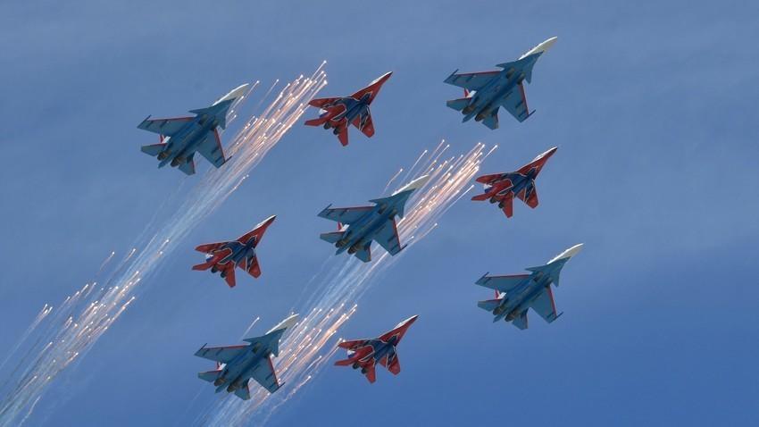 """Akrobatske pilotske grupe zrakoplovnih snaga Ruske Federacije """"Ruski vitezovi"""" na lovcima Su-30SM i """"Striži"""" na lovcima MiG-29."""